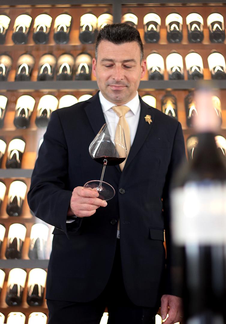homme dégustant un vin
